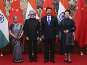 Chinese President Xi Jinping (2nd right) and his wife Peng Liyuan (far right) pose for a photo with Indian Prime Minister Manmohan Singh (2nd left) and his wife Gursharan Kaur after their meeting in Beijing, October 2013 (Source: Xinhua/Pang Xinglei).