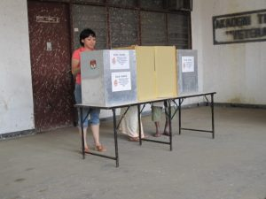 A woman casts her vote in Indonesia (credit: Serenity).